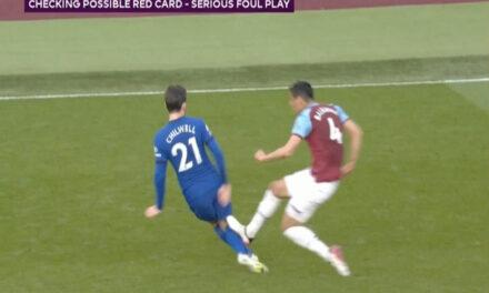 Kibice West Hamu i Chelsea reagują na czerwoną kartkę Balbueny